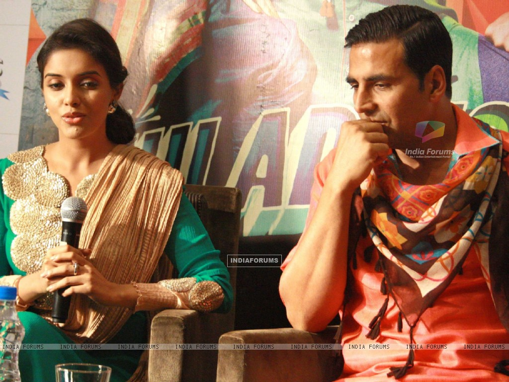 Akshay Kumar and Asin at a press conference for the  film ''Khiladi 786'' (243085) size:1024x768
