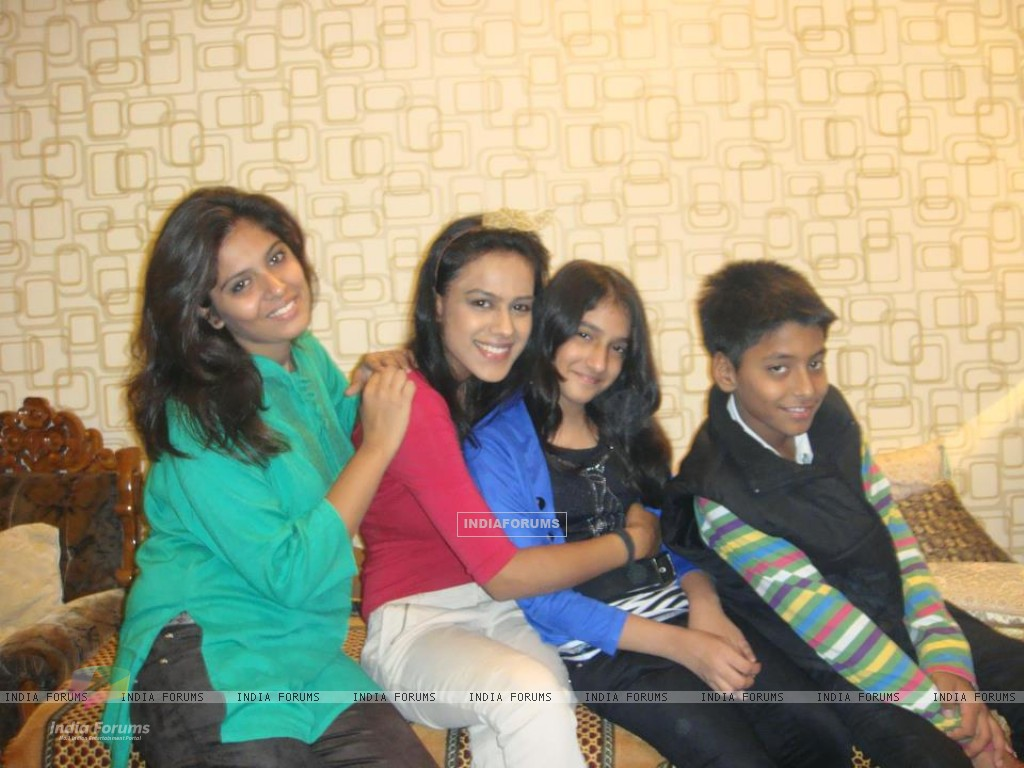 Nia sharma with her family in delhi (245810) size:1024x768