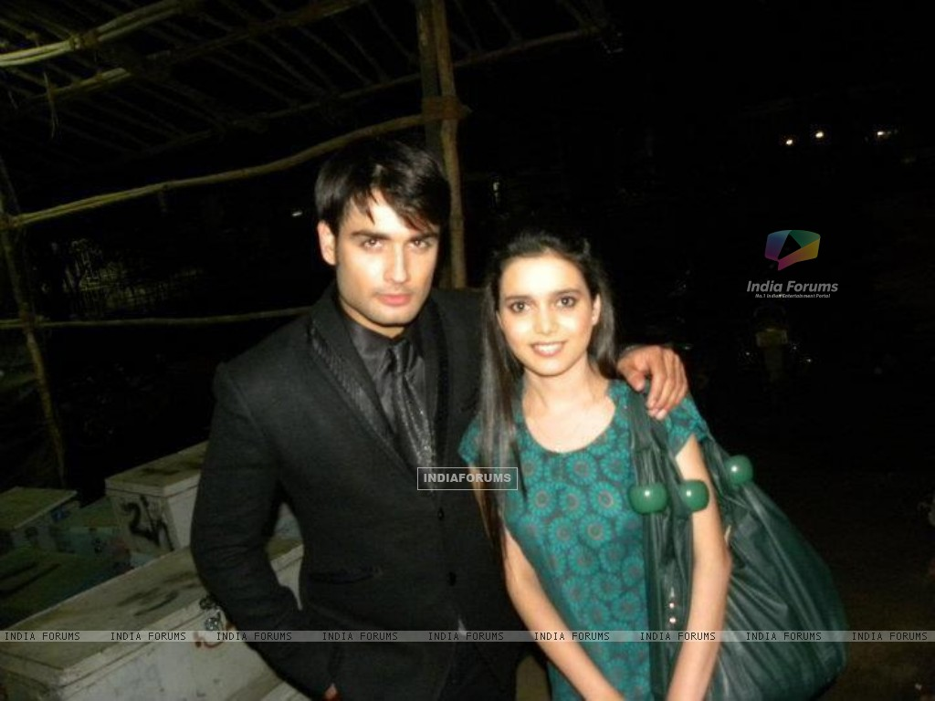 Vivian Dsena with a fan (273079) size:1024x768