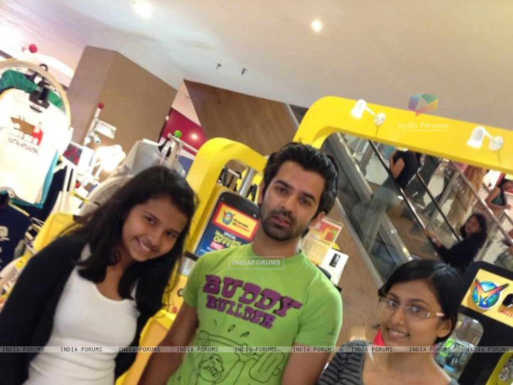 Barun with his fans (274268) size:1024x768