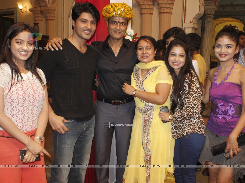 Sumeet Mittal with the team of Diya Aur Baati at Sumeet's birthday on the sets of Diya Aur Baati Hum (291410) size:1024x768