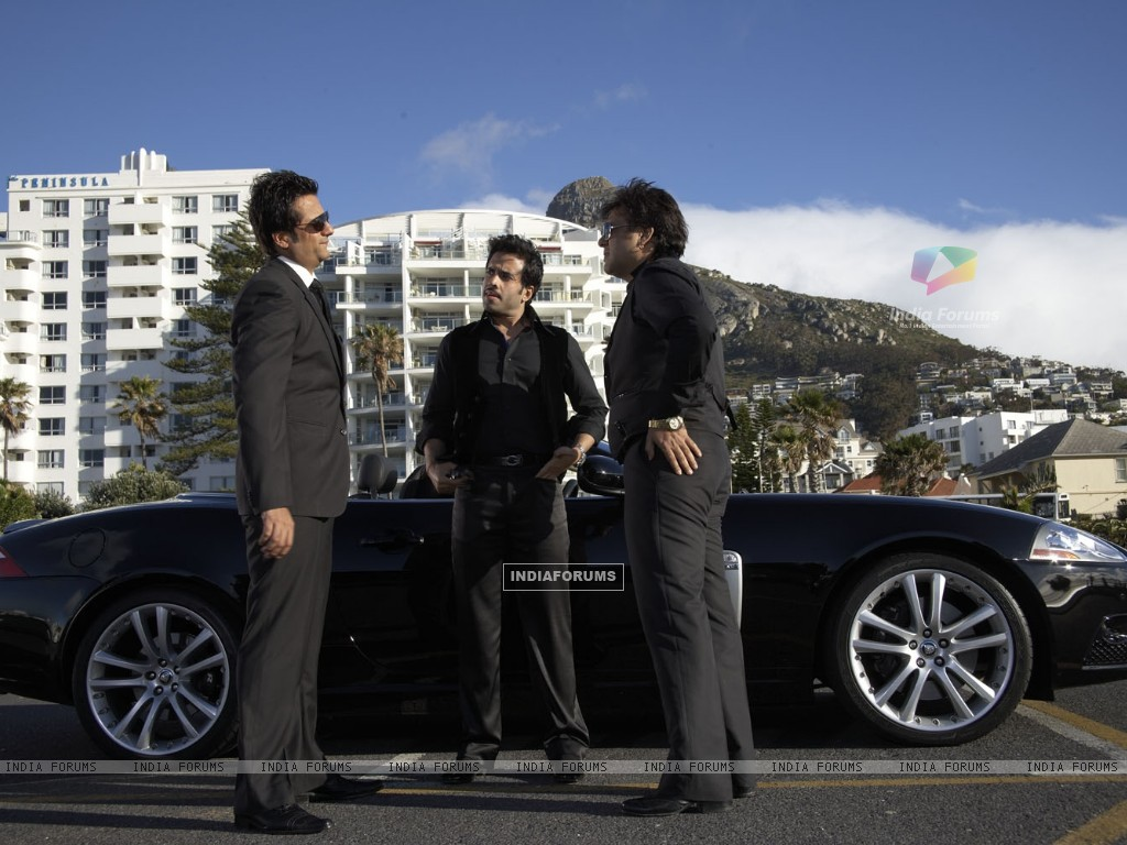 Govinda,Fardeen and Tusshar talking to each other (31413) size:1024x768