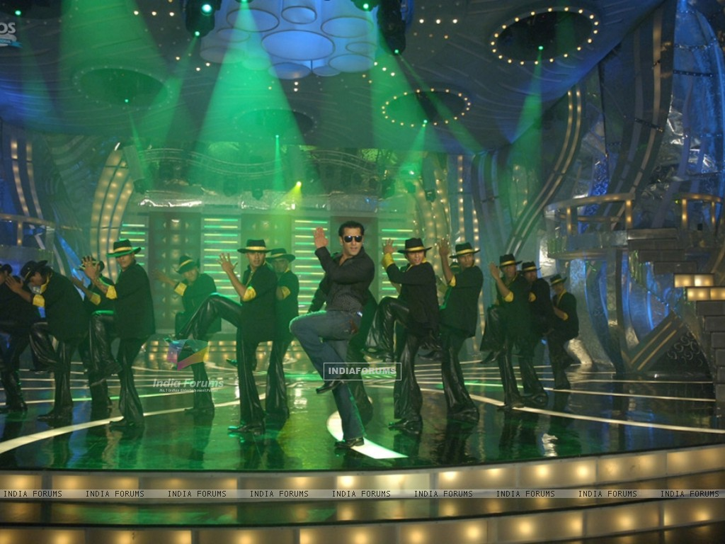 Salman Khan doing stage perfomance (36989) size:1024x768