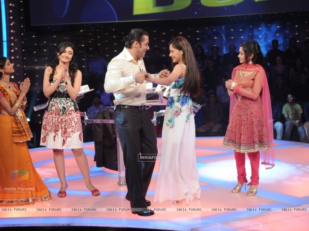 Salman Khan dancing with Sara Khan (37244) size:1024x768