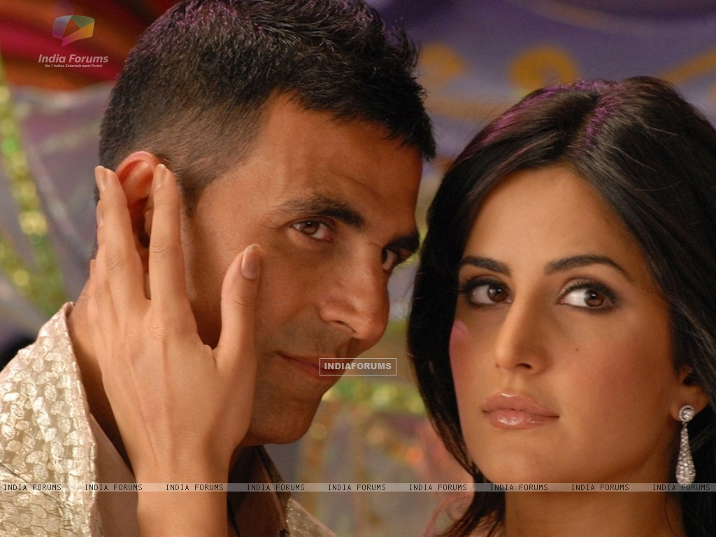 Akshay Kumar and Katrina Kaif looking someone (39231) size:1024x768