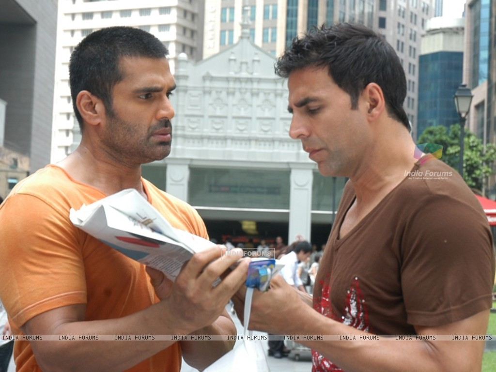 Sunil Shetty showing news to Akshay Kumar (39260) size:1024x768