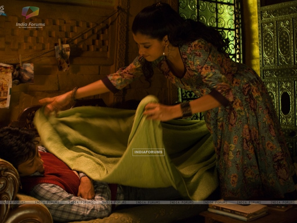 Ratna Pathak putting blanket in Ritesh Deshmukh (39335) size:1024x768
