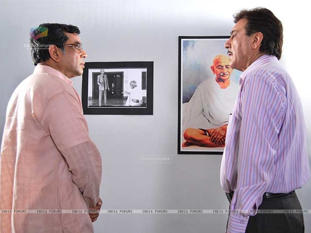 Paresh Rawal talking to Javed Sheikh (40186) size:1024x768
