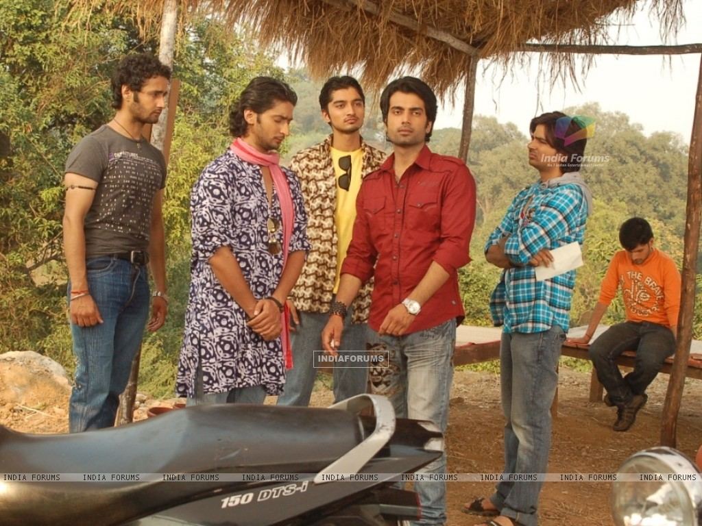Kunal Karan Kapoor, Arhaan Behll with their friends in the show Pratigya (40258) size:1024x768
