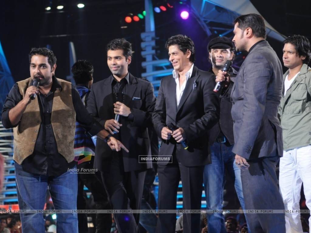 Sharukh Khan and Karan Johar cheering the Captains of Music ka Maha Muqqabla (41685) size:1024x768