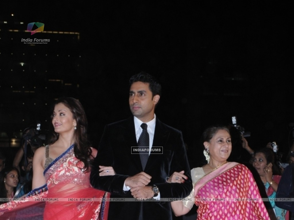 Abhishek Bachchan with wife Aishwarya and mother Jaya (41732) size:1024x768