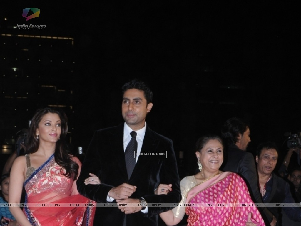 Abhishek Bachchan with wife Aishwarya Rai and mother Jaya (41733) size:1024x768
