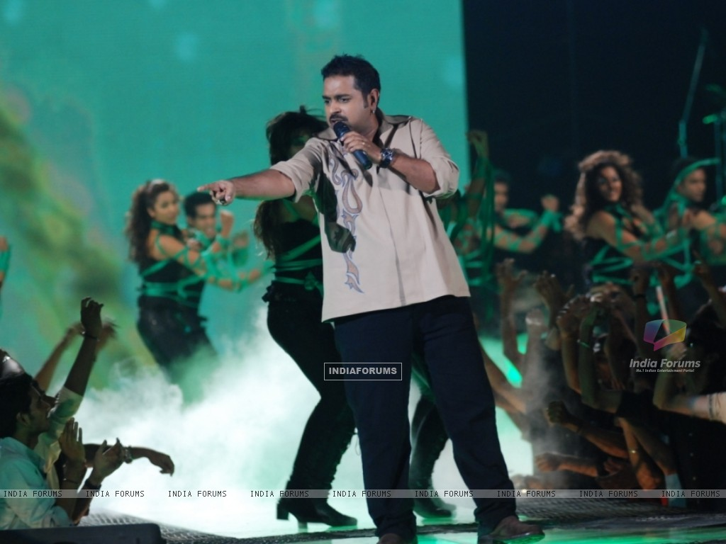 Shankar Mhadevan performing at Music Ka Maha Muqqabla on Star Plus (41753) size:1024x768