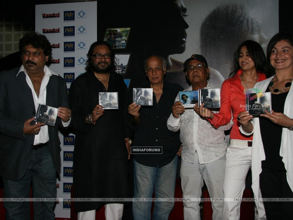 Pooja Bhatt, Sabrina and Mahesh Bhtt at Ismail Darbar''s music for film The Unforgettable at PVR, in Mumbai (78947) size:1024x768