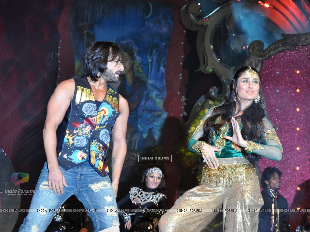 Saif Ali Khan and Kareena Kapoor performs at Stardust Awards 2010 in Mumbai (84072) size:1024x768