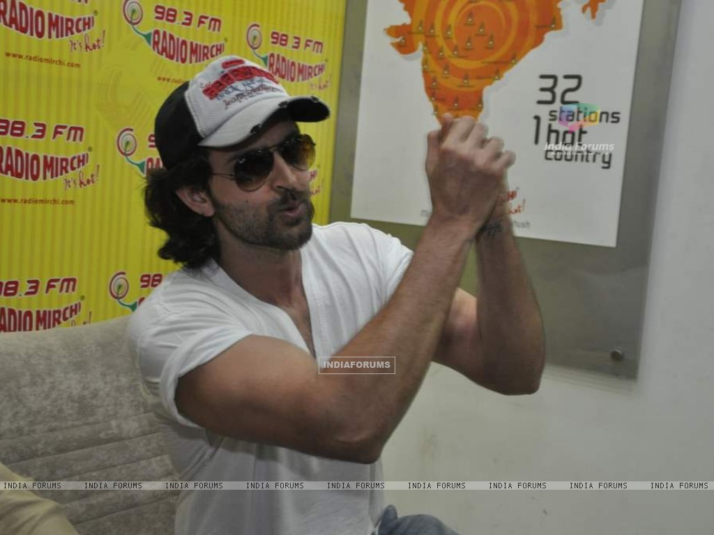 Hrithik Roshan promote kites on Radio Mirchi at Parel (86367) size:1024x768