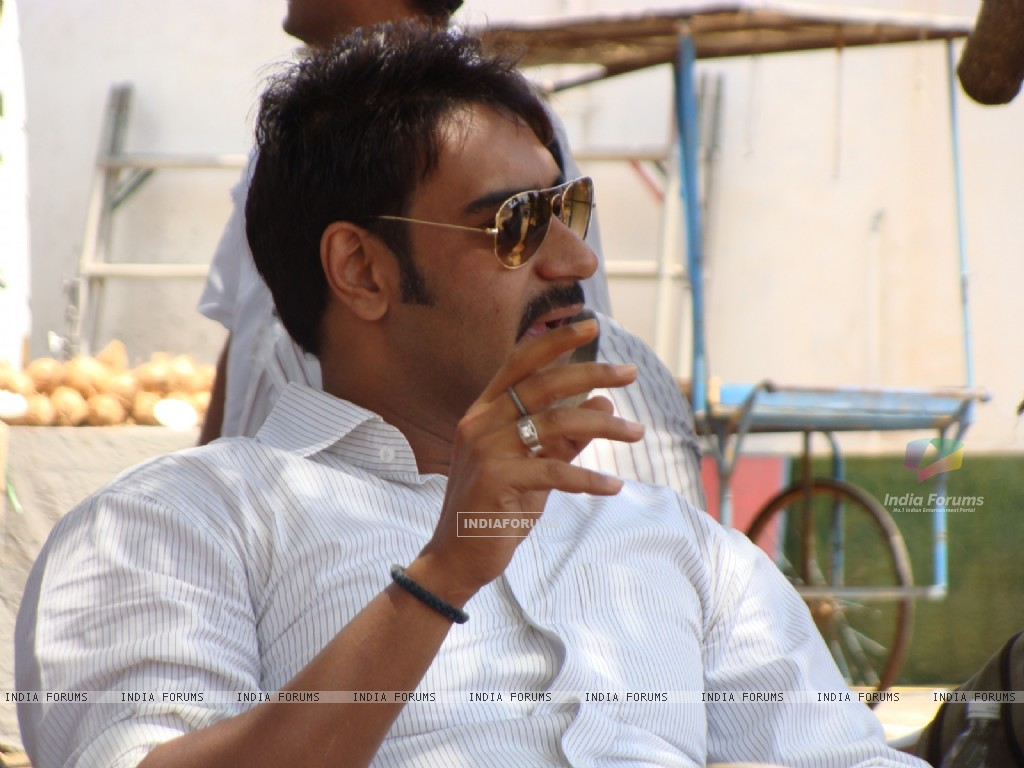 Ajay devgan in the movie Aakrosh (93528) size:1024x768