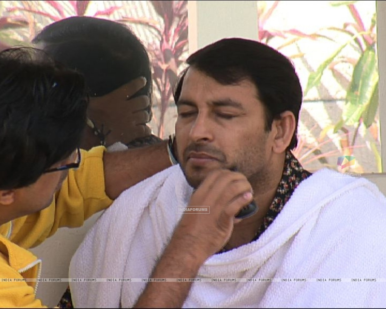 Manoj Tiwari getting ready for a new clean shave look in Bigg Boss 4 (101295) size:1280x1024