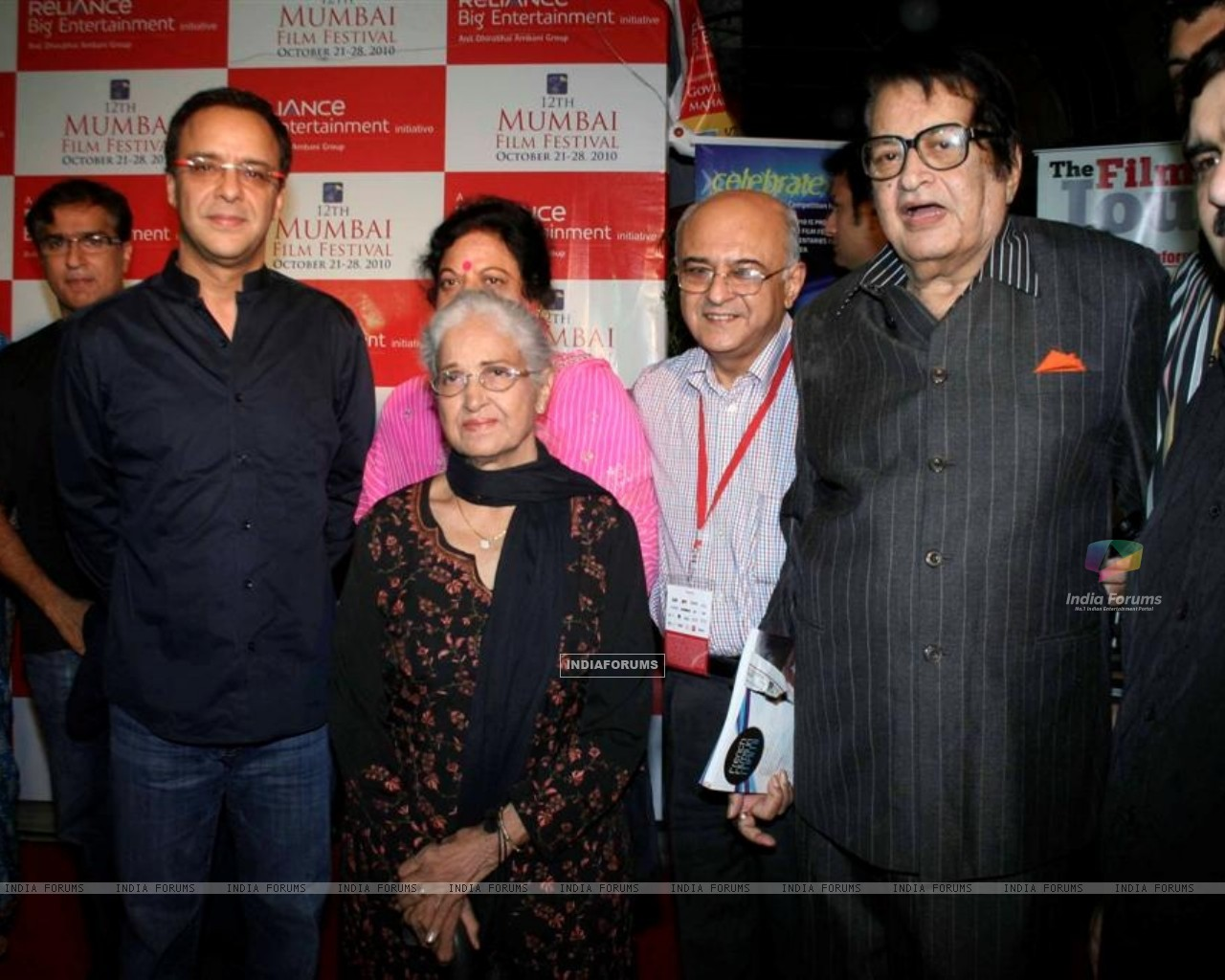 Vidhu Vinod Chopra and Manoj Kumar at Closing ceremony of 12th Mumbai Film Festival (104597) size:1280x1024