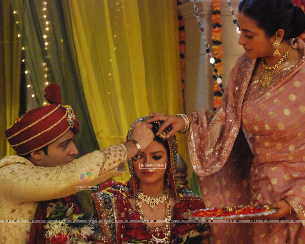 Siddharth applying sindoor to Divya (107703) size:1280x1024