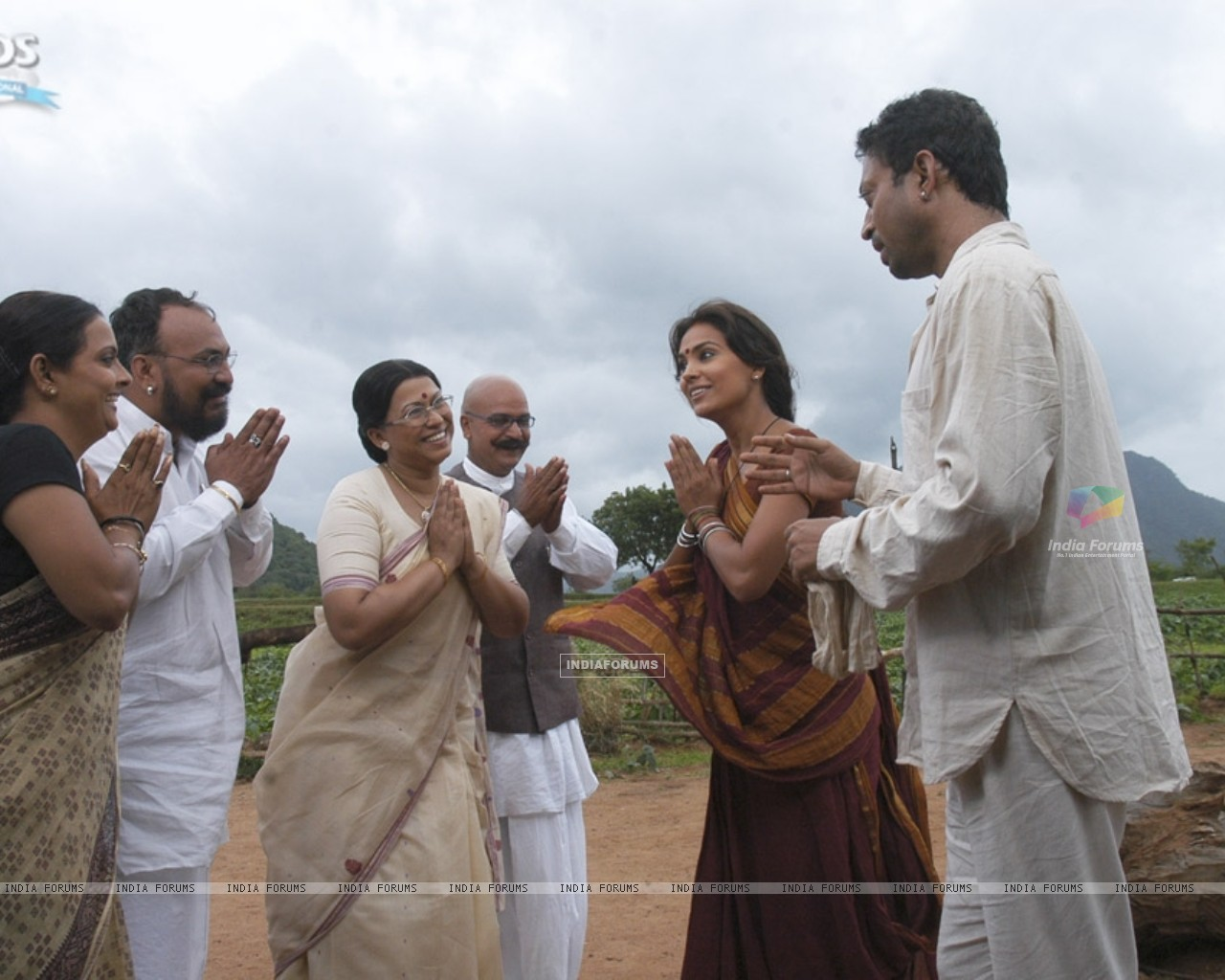 Lara Dutta and Irfan Khan thanking others (11074) size:1280x1024