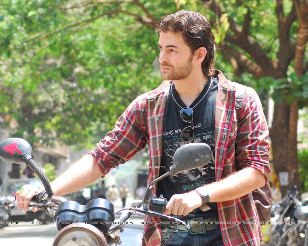 Neil Nitin Mukesh watching someone (11142) size:1280x1024