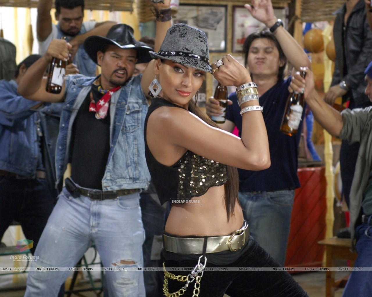 Bipasha dancing on the song (11161) size:1280x1024