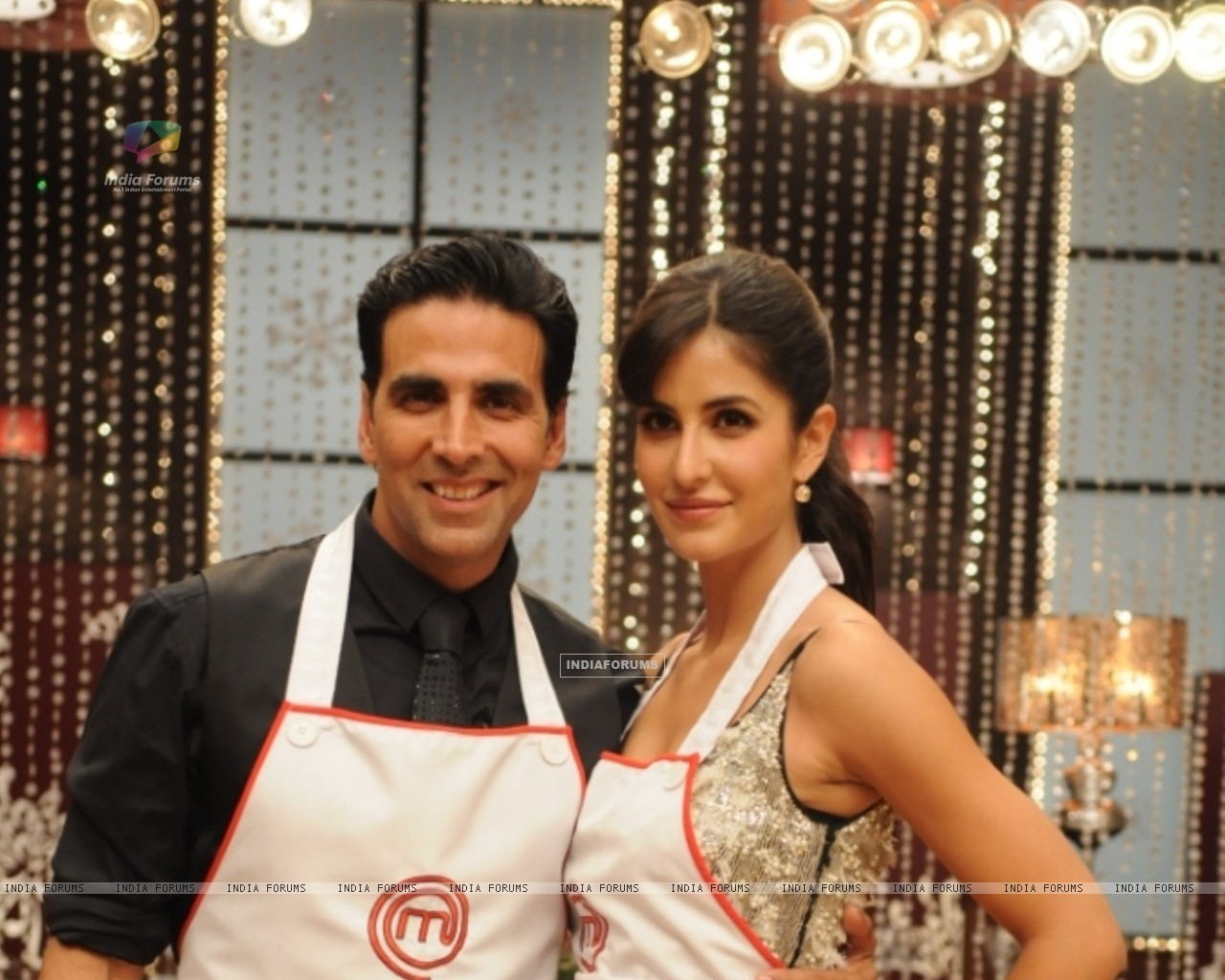 Katrina Kaif along with Akshay Kumar on Master Chef India set (113292) size:1280x1024