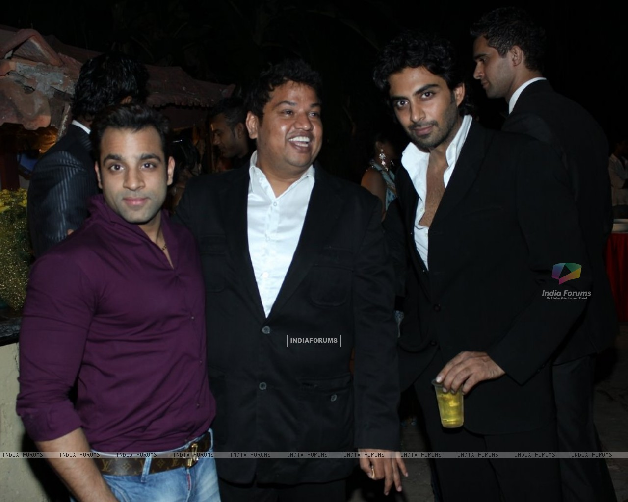 Abhishek Avasthi at B'day party of fashion choreographer Shakir Shaikh at Mud Island,Mumbai (113668) size:1280x1024