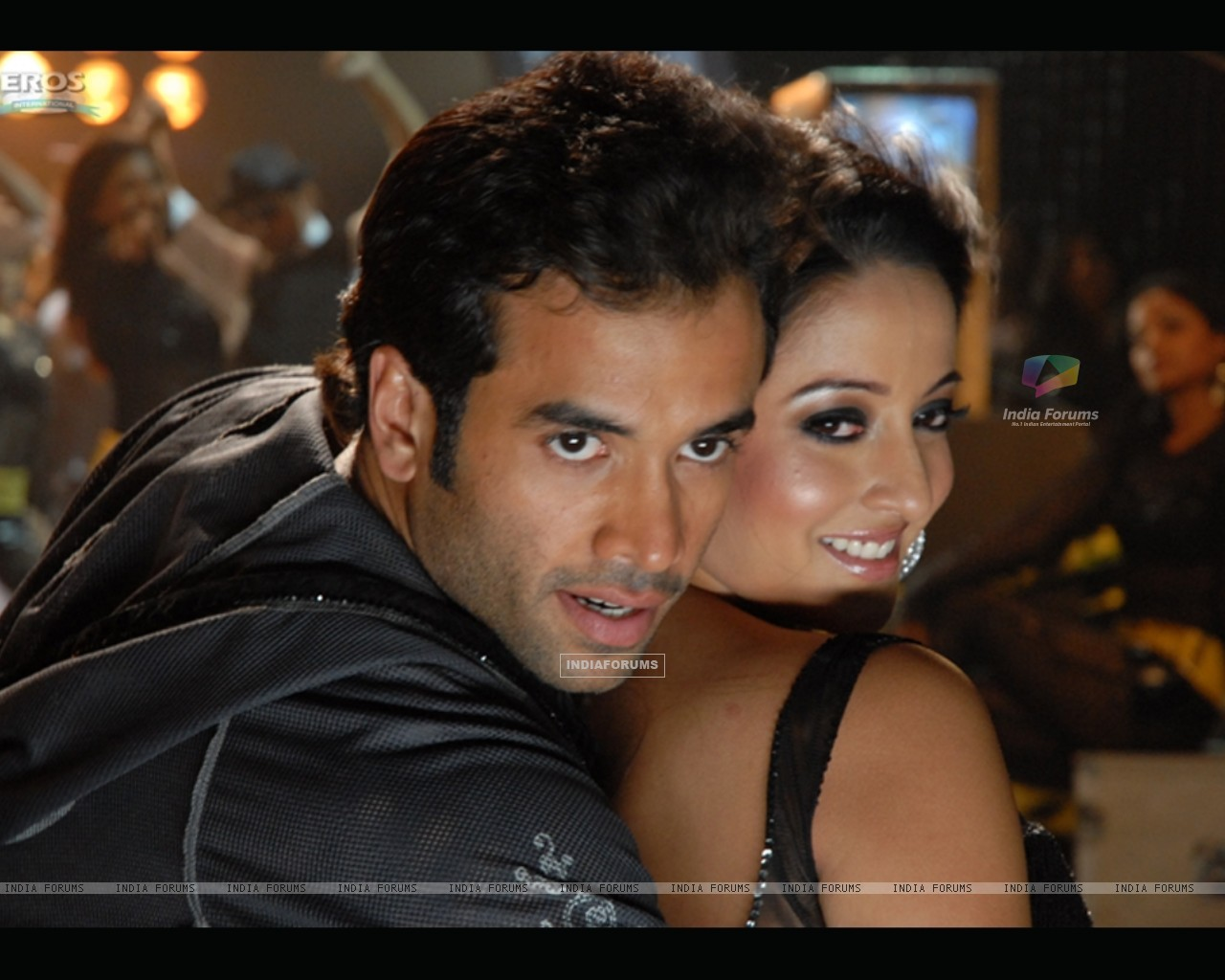 Sweet scene of Tusshar and Raima (11638) size:1280x1024