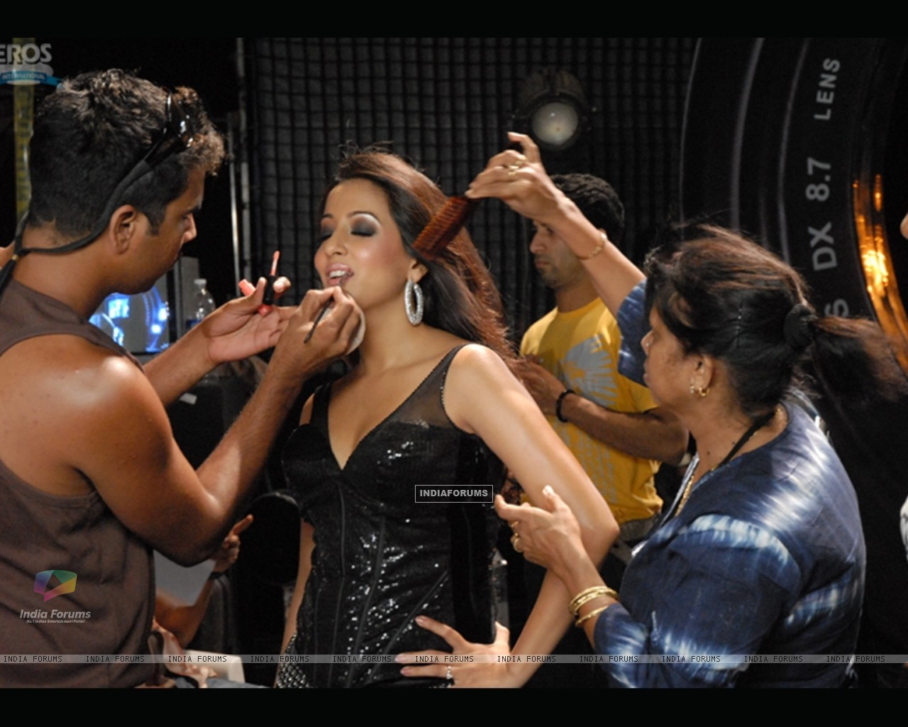 Raima Sen getting ready (11646) size:1280x1024