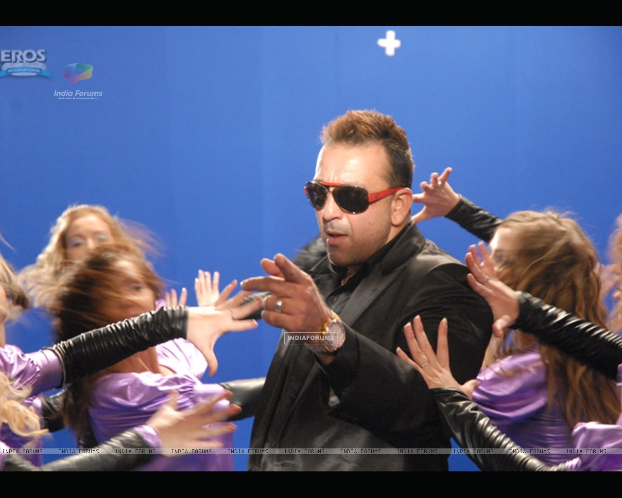 Sanjay Dutt surrounded by the girls (11672) size:1280x1024