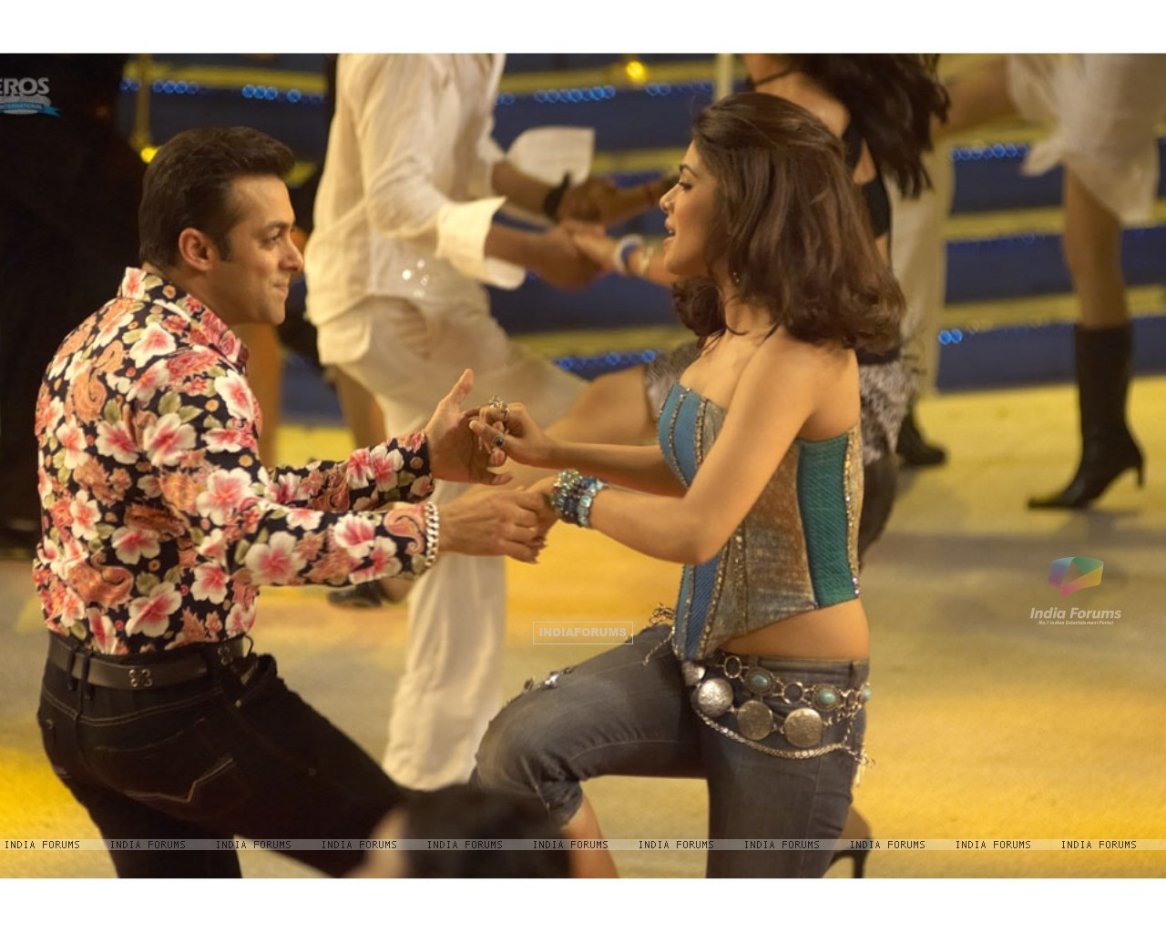 A cute scene of Salman and Priyanka (11828) size:1280x1024