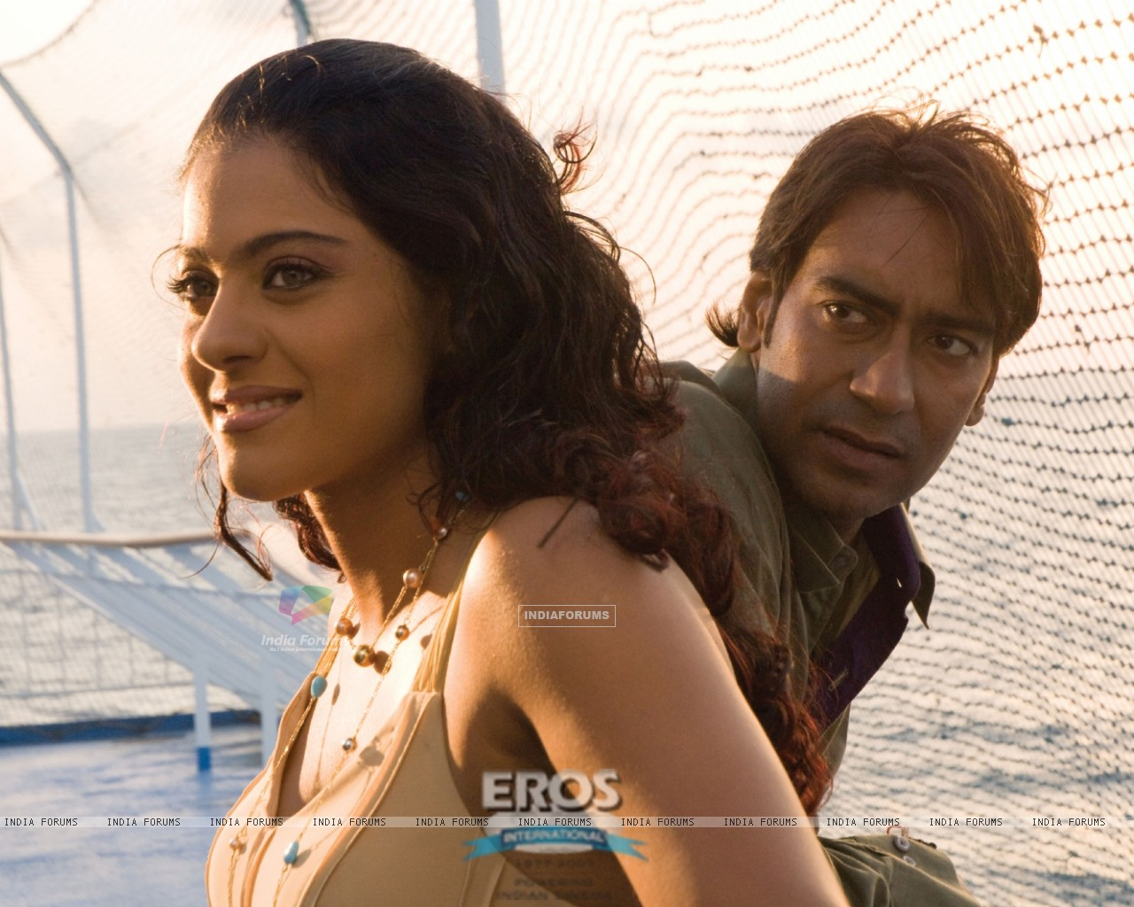 Ajay Devgan talking to Kajol (12300) size:1280x1024