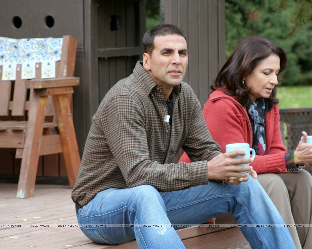 Akshay having a cup of coffee with Sharmila Tagore (12397) size:1280x1024