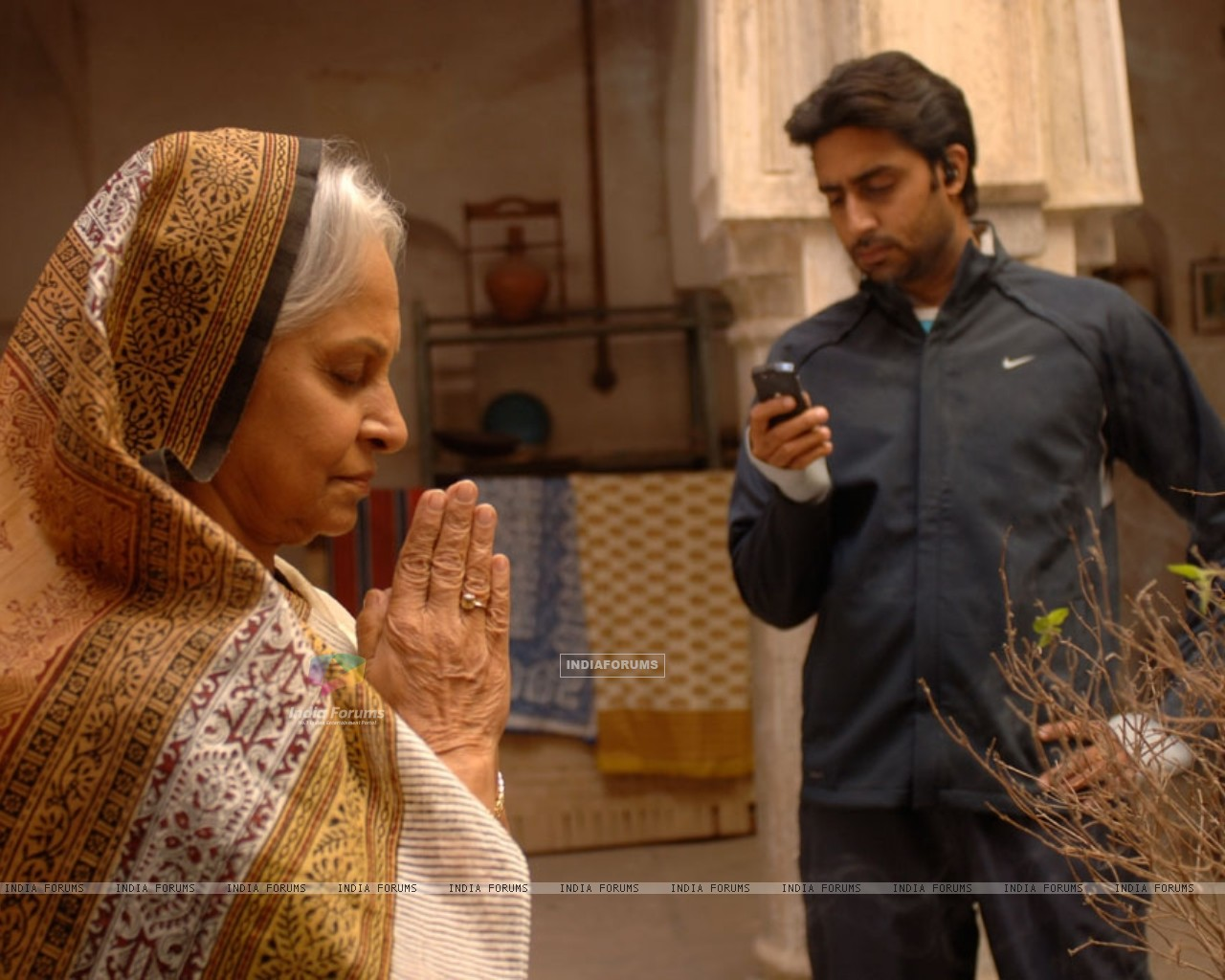 Abhishek Bachchan and Waheeda Rahman in Delhi-6 - Wallpaper (Size:1280x1024)