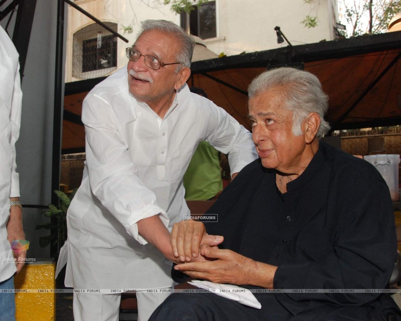 Shashi Kapoor and Gulzar at Rekha Bharadwaj's play premiere show at Prithvi. . (126026) size:1280x1024