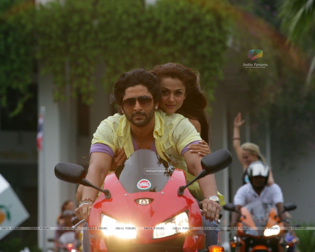 Arshad Warsi and Amrita Arora sitting on a bike (12685) size:1280x1024