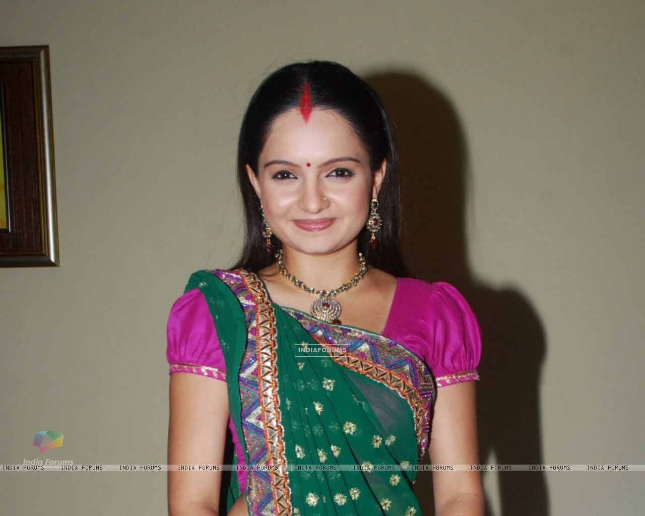 Giaa Manek as Gopi of Saathiya family of Star Plus snapped before leaving for Switzerland (130808) size:1280x1024