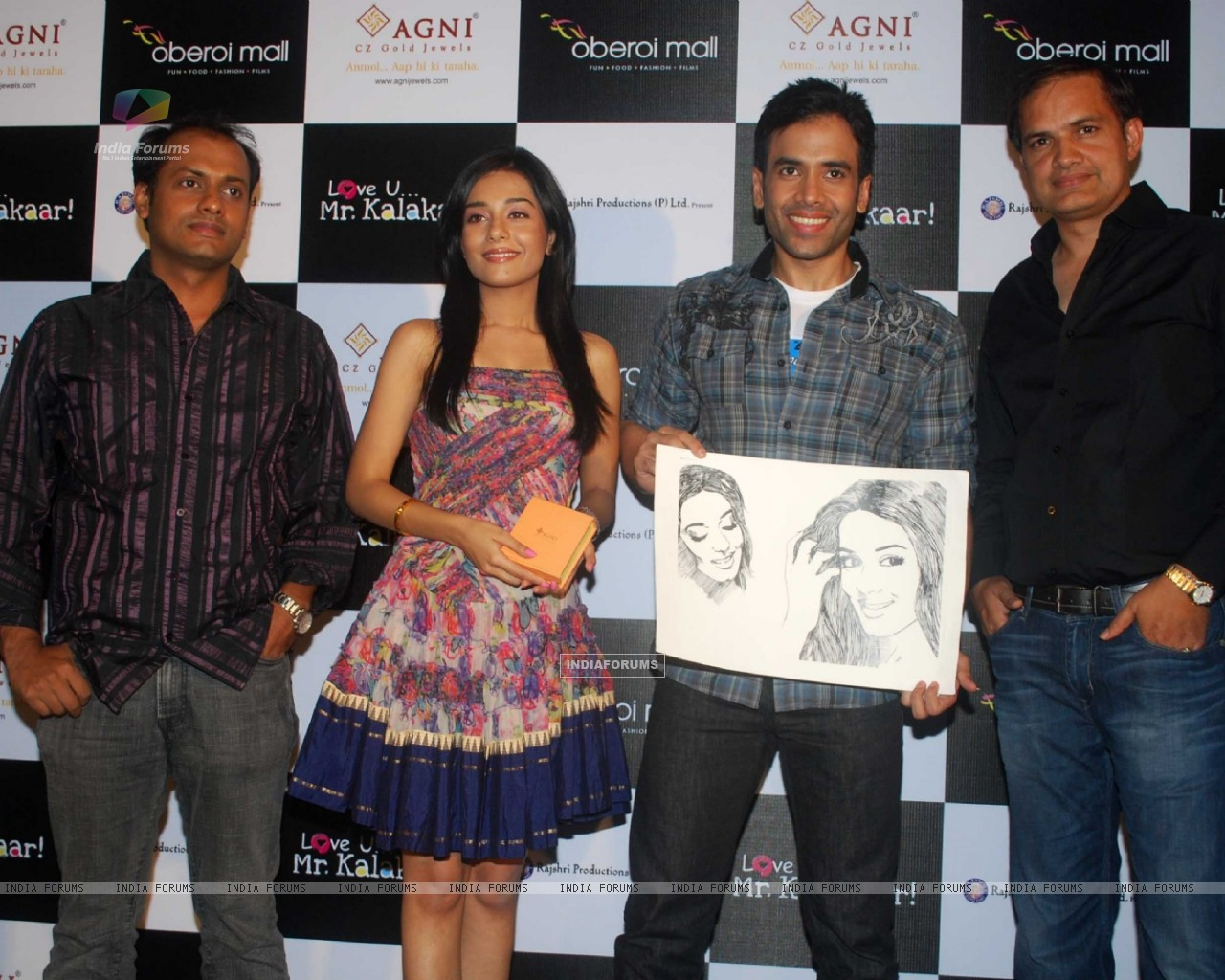 Tusshar Kapoor and Amrita Rao at a promotional event for film Love U... Mr. Kalakaar! at Oberoi Mall (133393) size:1280x1024
