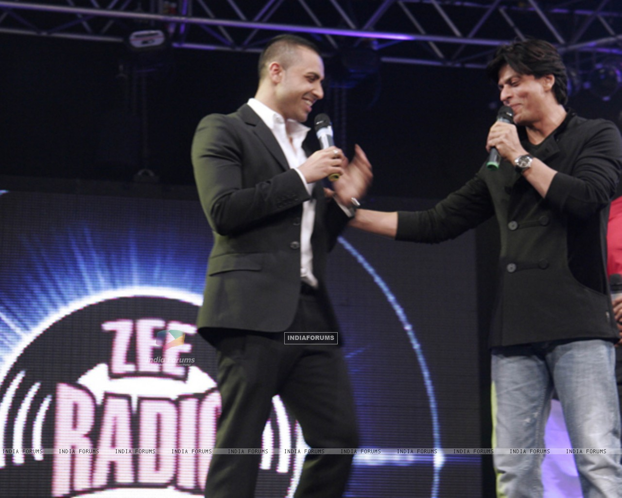 Jay Sean and Shahrukh Khan shares the stage-launch of Zee Radio (149021) size:1280x1024