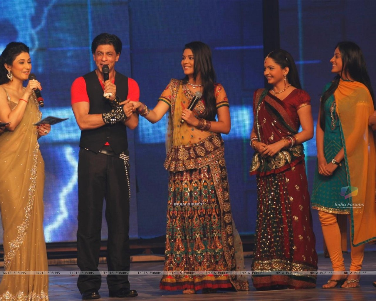 Shah Rukh with Ragini Khanna, Giaa Manek, Pooja Gor and Sanaya Irani at Ra.One music launch (158694) size:1280x1024