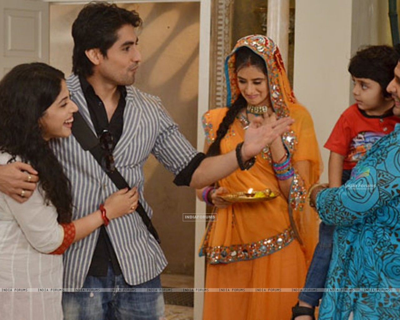 Mohan with his family in show Dharampatni (159747) size:1280x1024