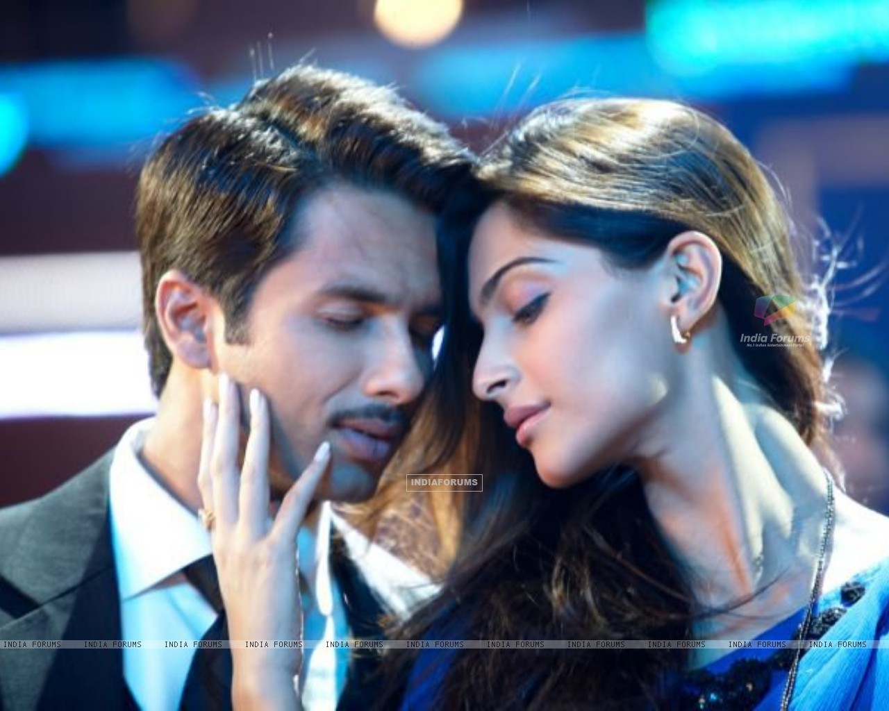 Shahid Kapoor & Sonam Kapoor as Harry and Aayat (161387) size:1280x1024