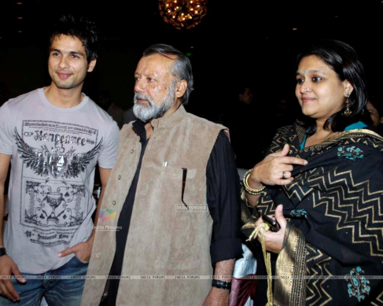 Shahid Kapoor with his father and mother (161392) size:1280x1024