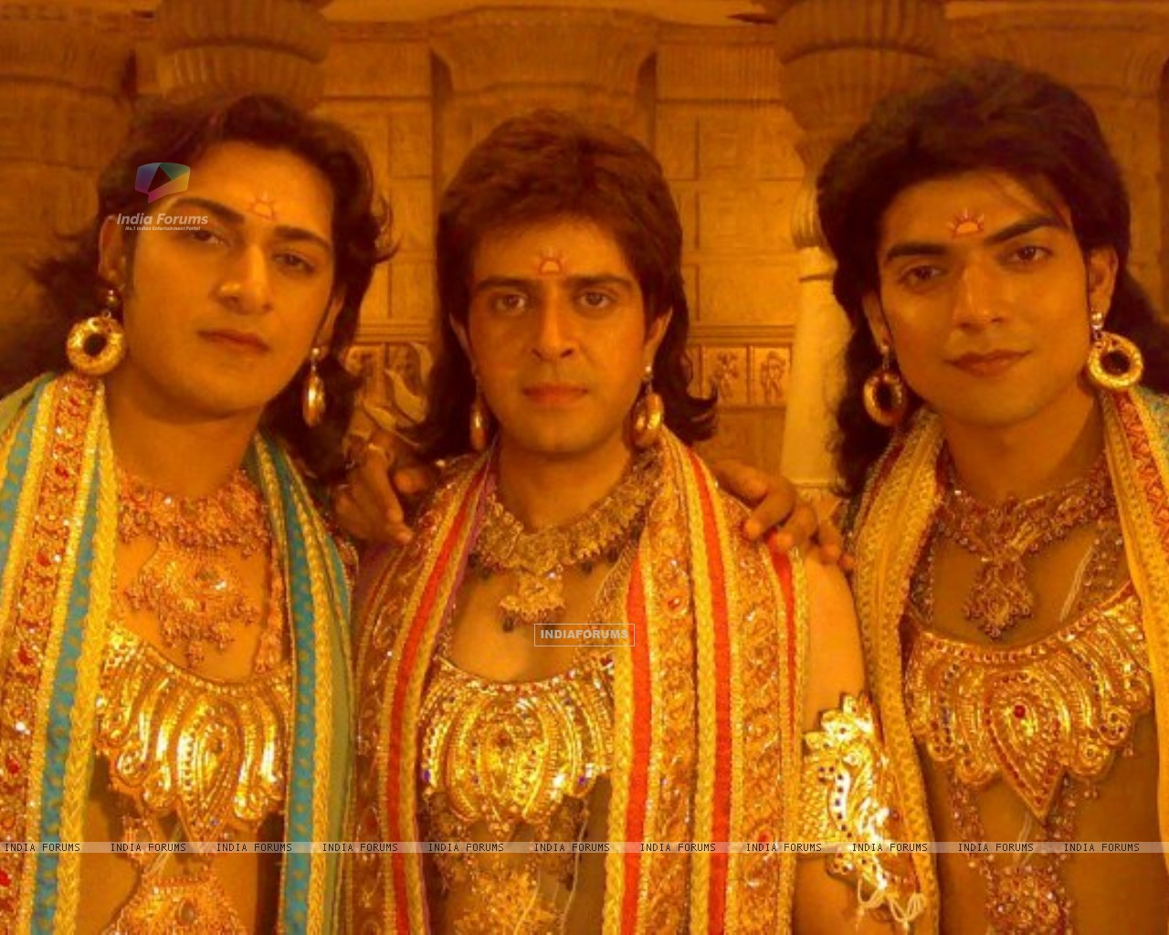 Gurmeet(Ram) with actors Ankit  Arora (Lakshman) and Vijay Bhatia (Bharat) on the sets of Ramayan (165334) size:1280x1024