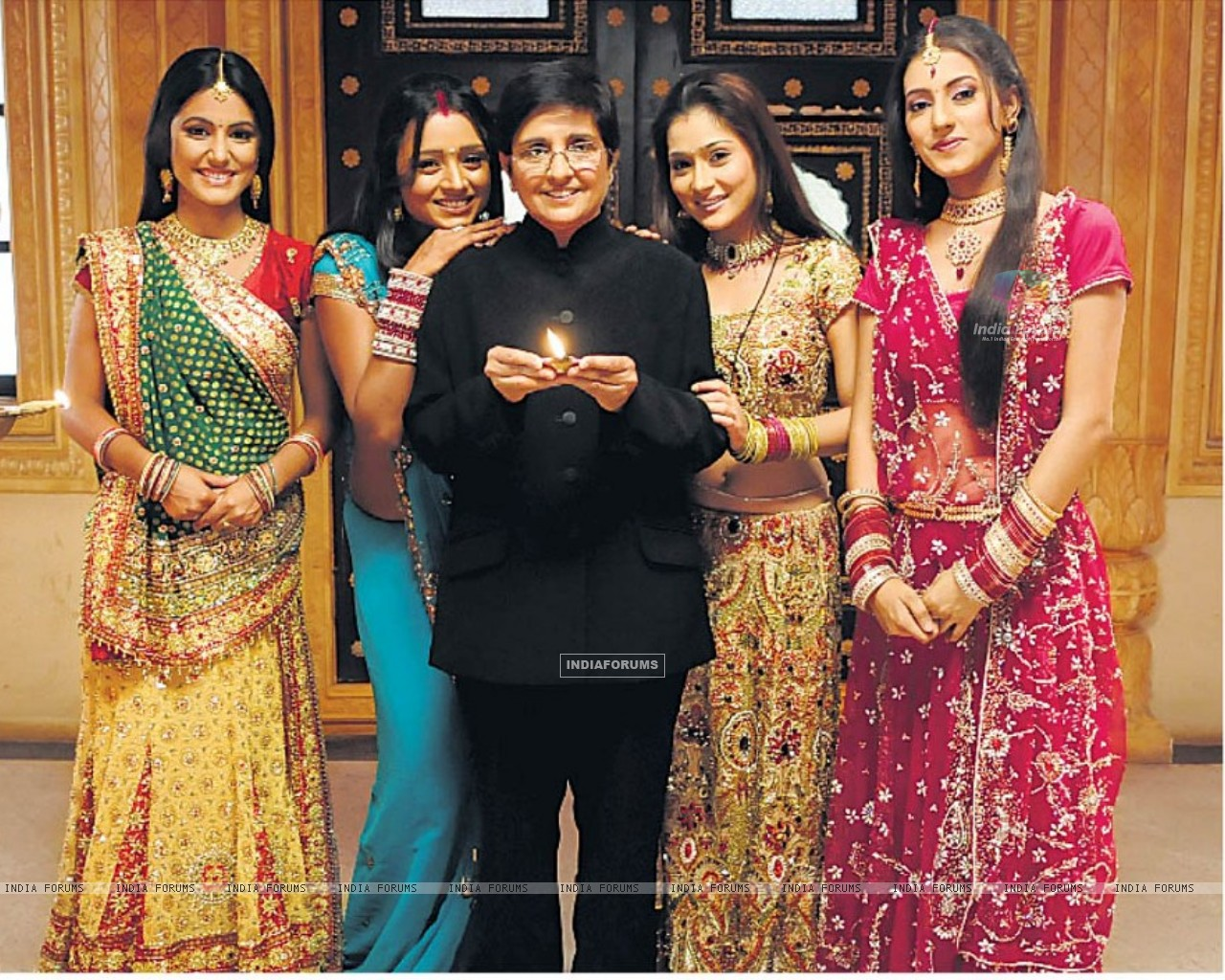 - 165584-additi-gupta-sara-khan-parul-chauhan-hina-khan-kiran-bedi-on-sp