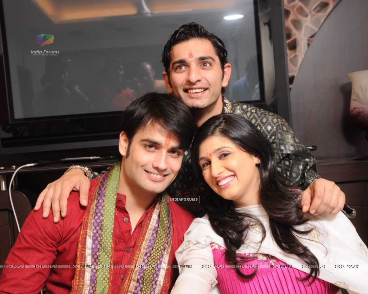 Vivian and Vahbiz with Siddharth (171032) size:1280x1024