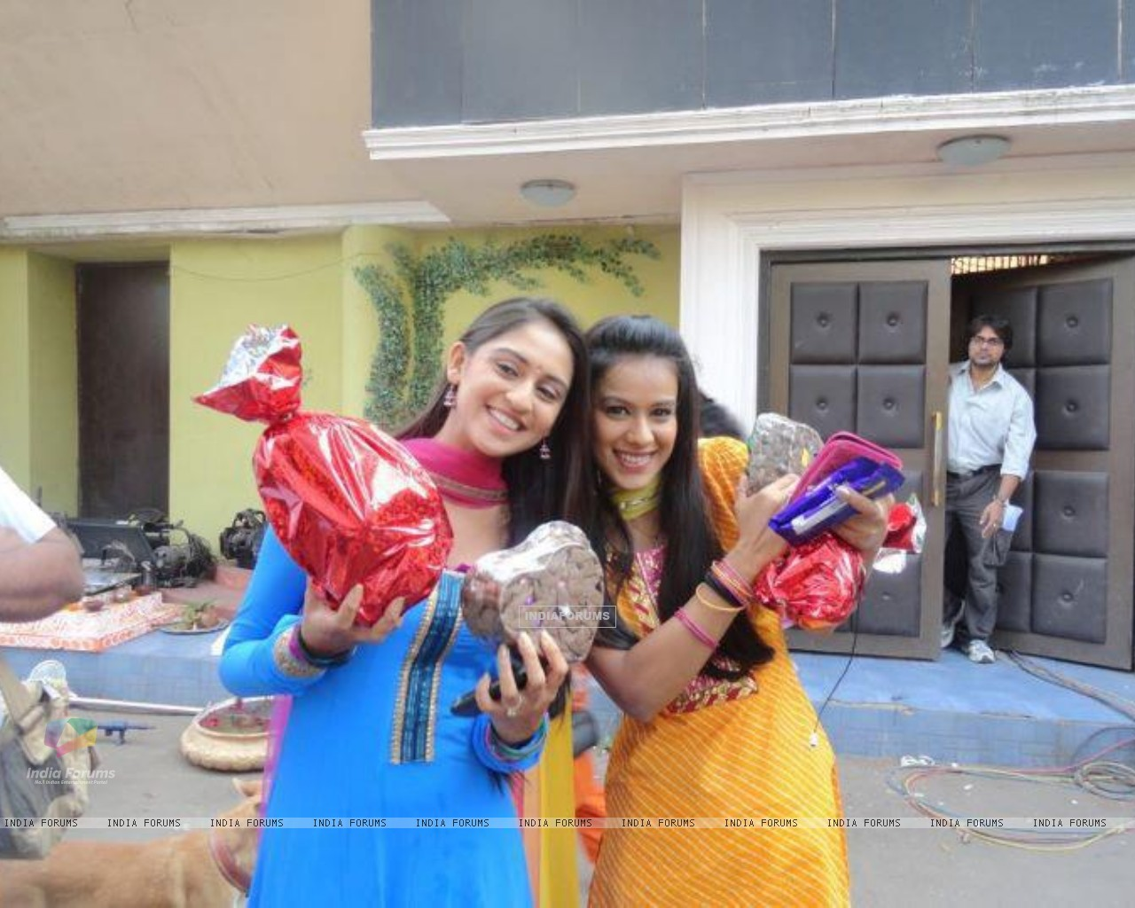 Krystle with Nia on the sets of Ek Hazaaron Mein Meri Behna Hain (173532) size:1280x1024