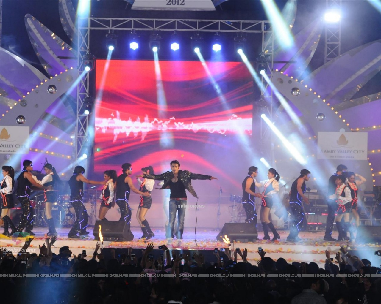 Ranveer Singh performing at Aamby Valley City for New Year's Eve event at Hotel Sahara Star in Lonav (176989) size:1280x1024